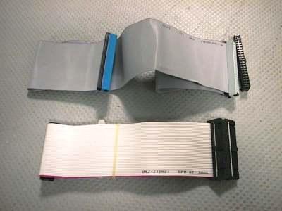 Il primo in alto è il cavo ATA 33/66/100. Il secondo in basso è il cavo utlizzato per connettere il floppy disk.