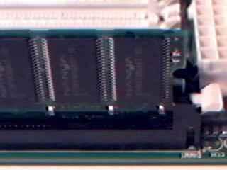 Il fermo bianco permette il blocco del modulo SDRAM.
